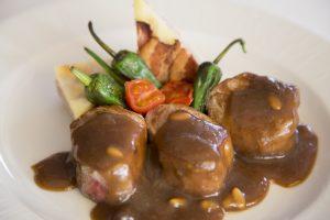 Carne a la brasa con salsa de piñones