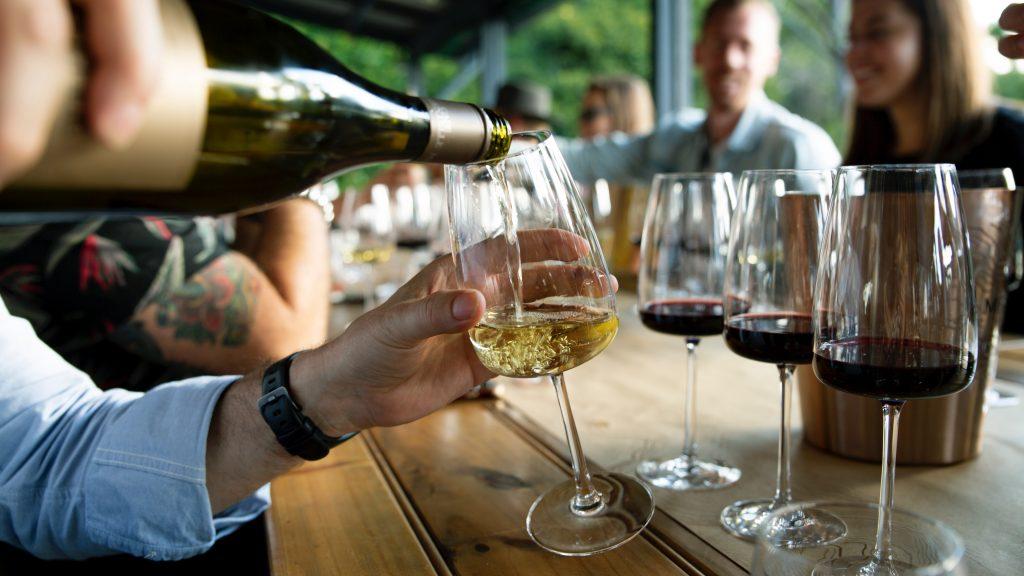 Imagen que contiene vino, mesa, interior, copas